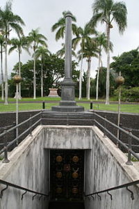 220px-Stairs_to_Kalakaua_and_his_families_Crypt
